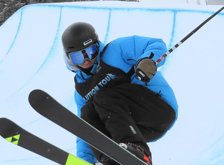 スキーをしている男性