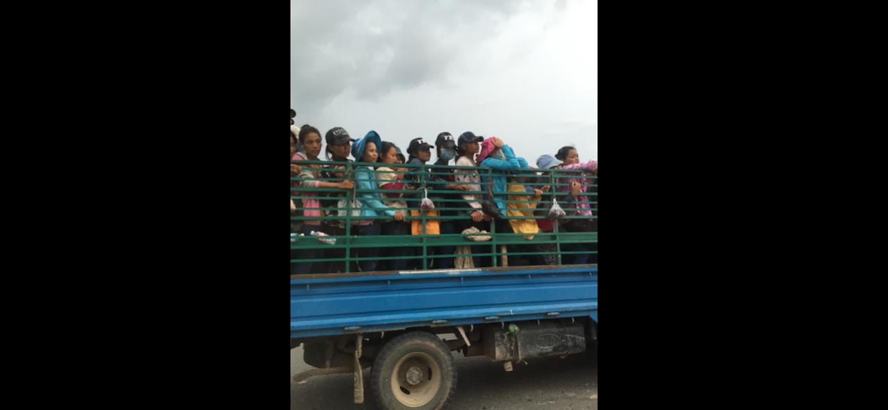 カンボジアの通勤ラッシュ